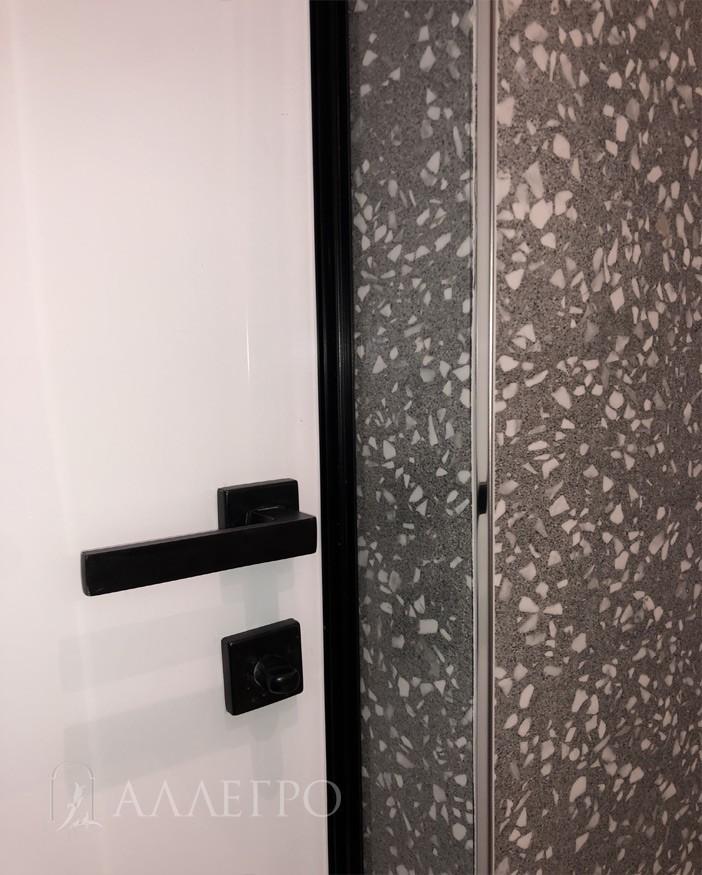 Вот так выглядит с внутренней стороны проема. Утоплена в стене. изнутри подводится плитка или лист ГКЛ