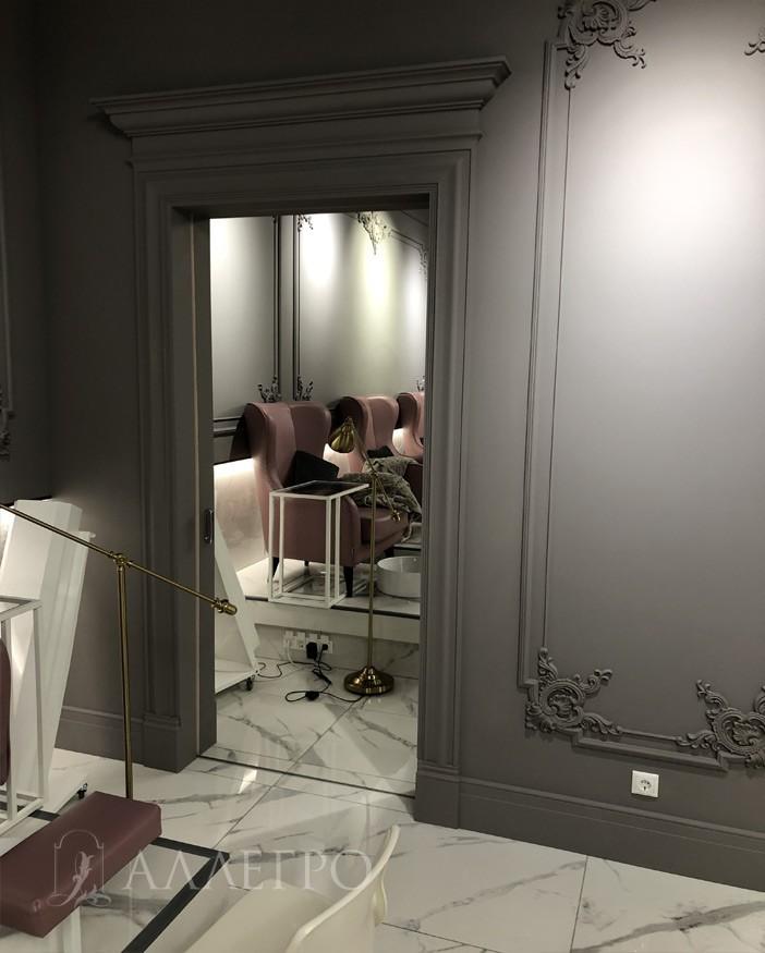 Встроенные раздвижные зеркальные двери межкомнатные. Обрамлены декором уже после установки