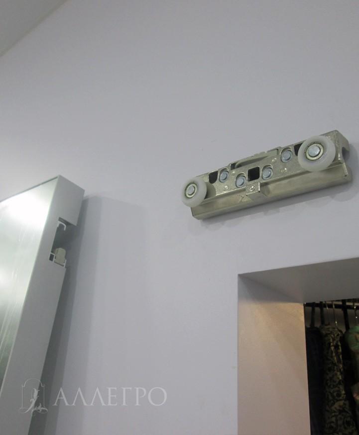 Каретка с роликами крепится к стене. Стена должна быть полнотелая. Если пустотелая - рекомендуется установить закладной брус.