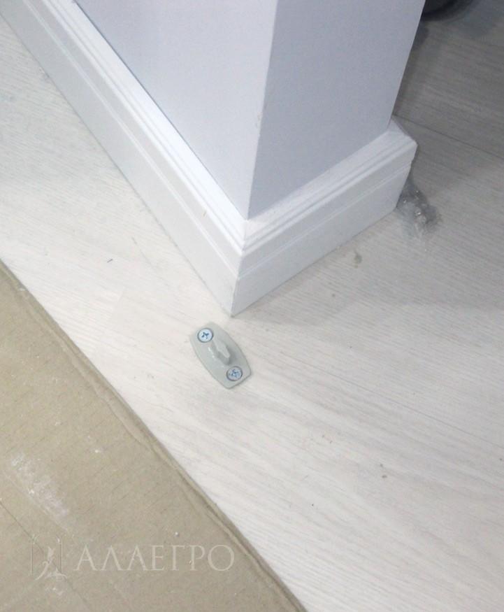 Двери устанавливаются на одном уровне со стеной. Базовое исполнение - профиль анодированный серебряный. Однако, алюминиевый профиль на полотне и коробке можно покрасить в любой цвет по шкале RAL. Стоит дороже на 30%