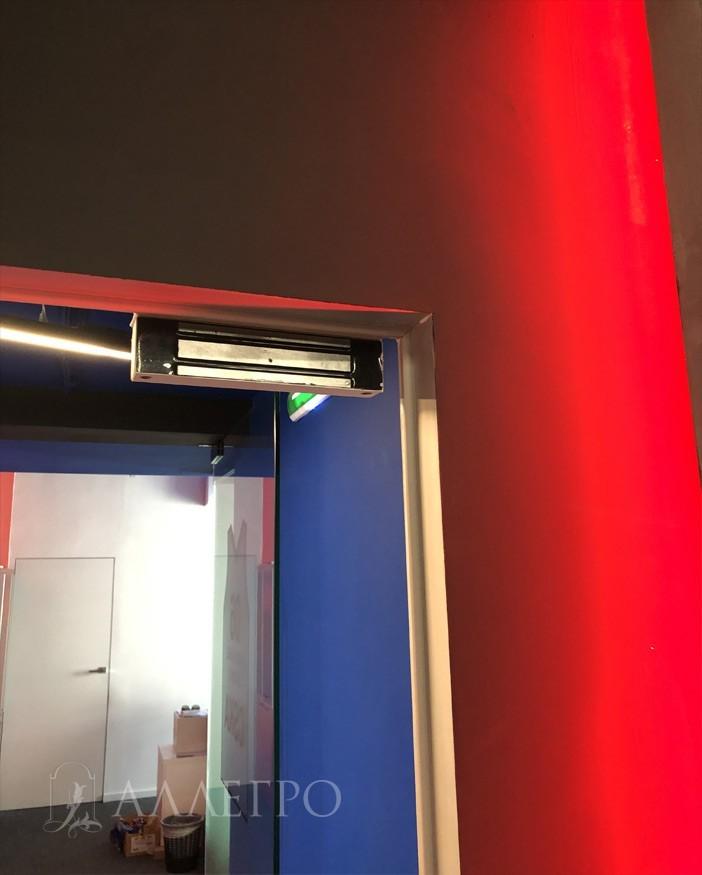 Вторая половина электромеханического замка от СКУД крепится к профилю скрытой коробки.