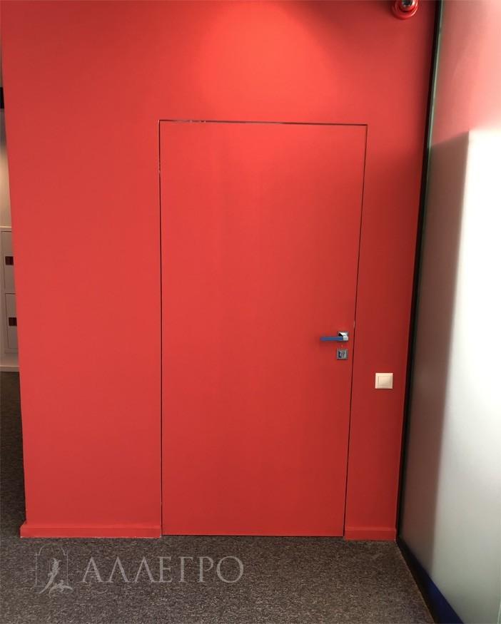Дверь под покраску. В основном все двери выкрашены в синий или красный цвета. Цвета профессионального клуба