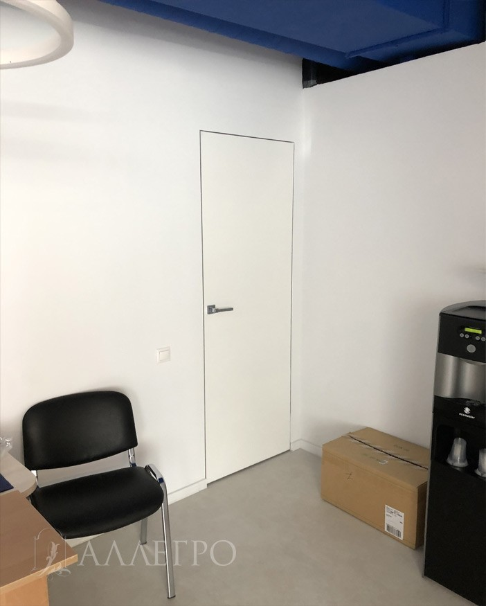 А здесь уже дверь скрытого монтажа под покраску белого цвета.