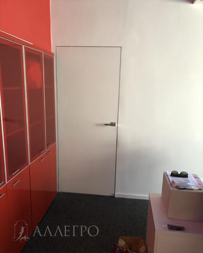 Опять скрытые двери под покраску выкрашенные в белый цвет
