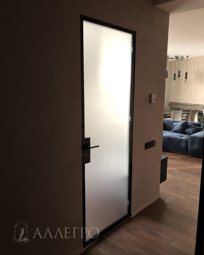 Алюминиевый профиль на двери и скрытой коробке может красится в любой цвет по шкале RAL. На фото - открашен в черный цвет. Наценка  - дороже на 30%