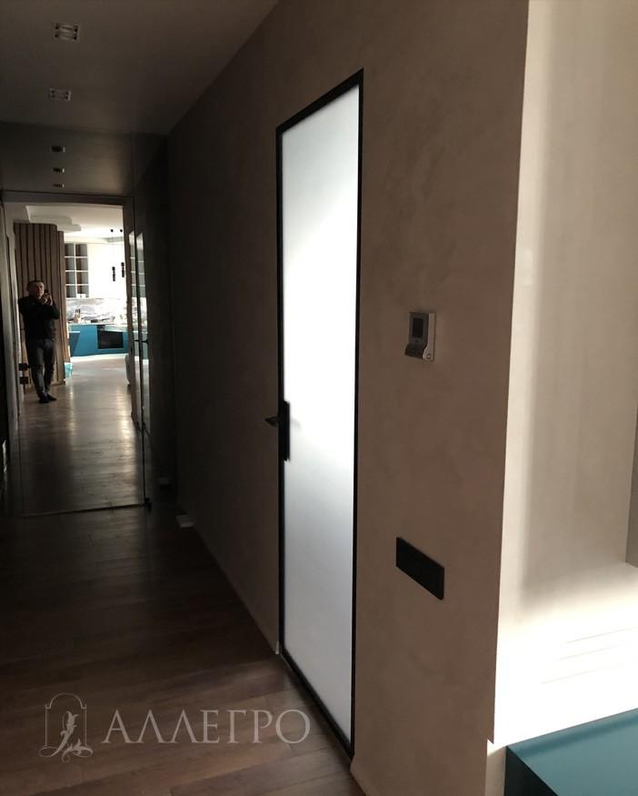 Само стекло может выполняться как классическое белое матовое, так и черное затемненное или с бронзовым оттенком
