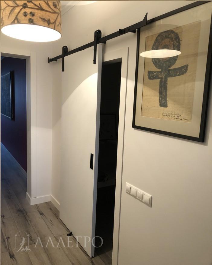 Дверь окрашена в белый матовый цвет. Красиво контрастирует с черным механизмом и ручкой купе