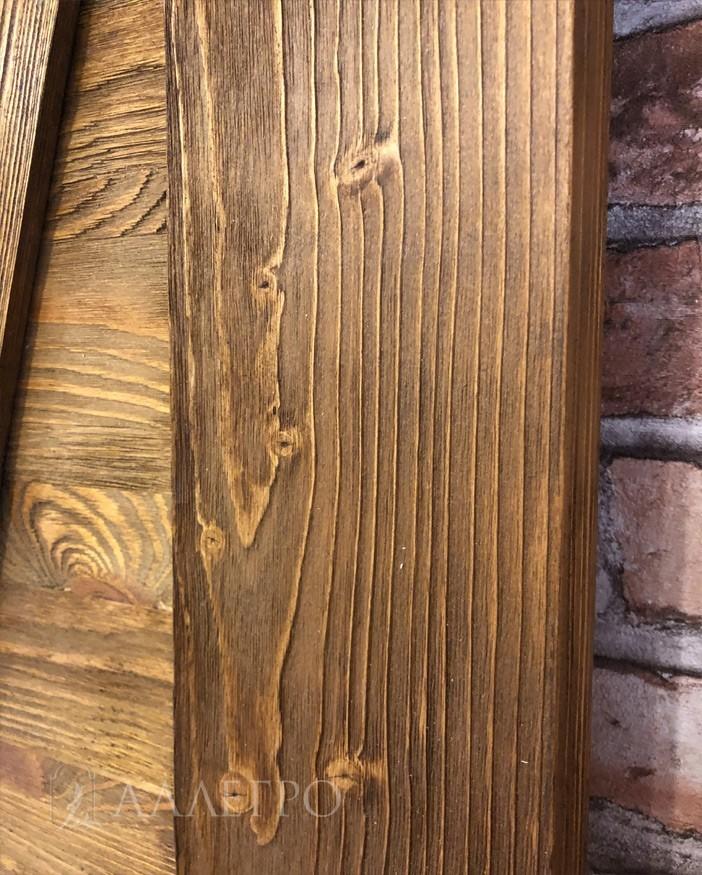 Все доски перед сборкой брашируются, то есть снимается верхний, мягкий слой волокон дерева. Это так называемое искусственное старение досок, когда они на ощупь не гладкие, а ребристые и имеют ярко выраженную текстуру дерева
