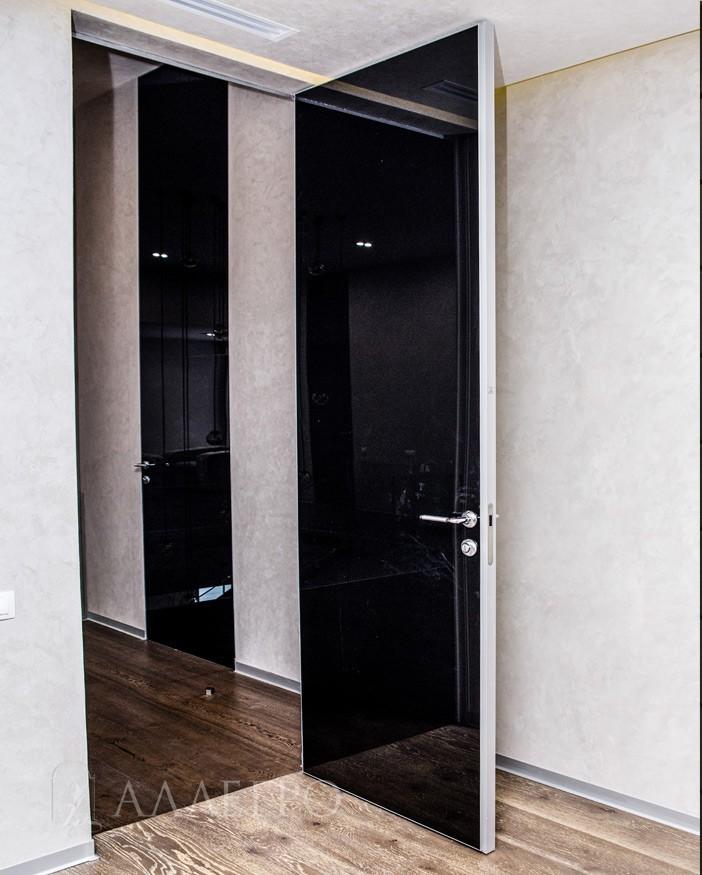 Стеклянная дверь со скрытой коробкой имеет алюминиевую раму или каркас. Алюминиевый кантик защищает стекло со всех четырех сторон.