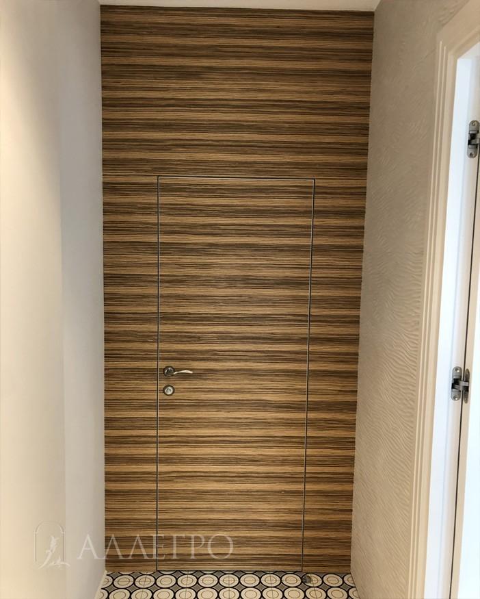 Скрытые шпонированные двери со стеновыми панелями. Рисунок на панелях и дверях идеально совпадает.