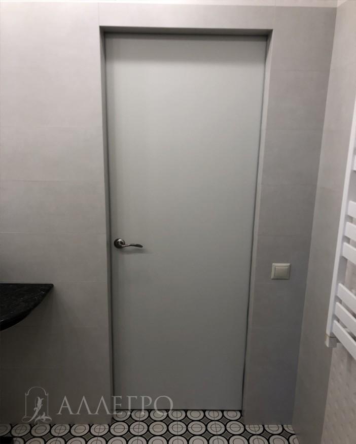 Вид двери с обратной стороны. Выкрашена в белую эмаль. Такая конструкция двери, когда в основе лежит алюминиевый каркас позволяет изготавливать двери с разными сторонами