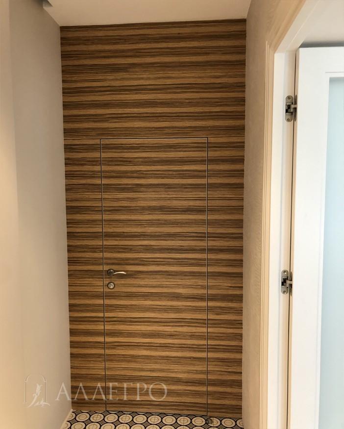 Двери невидимки в шпоне с панелями идеально подобраны друг к другу.