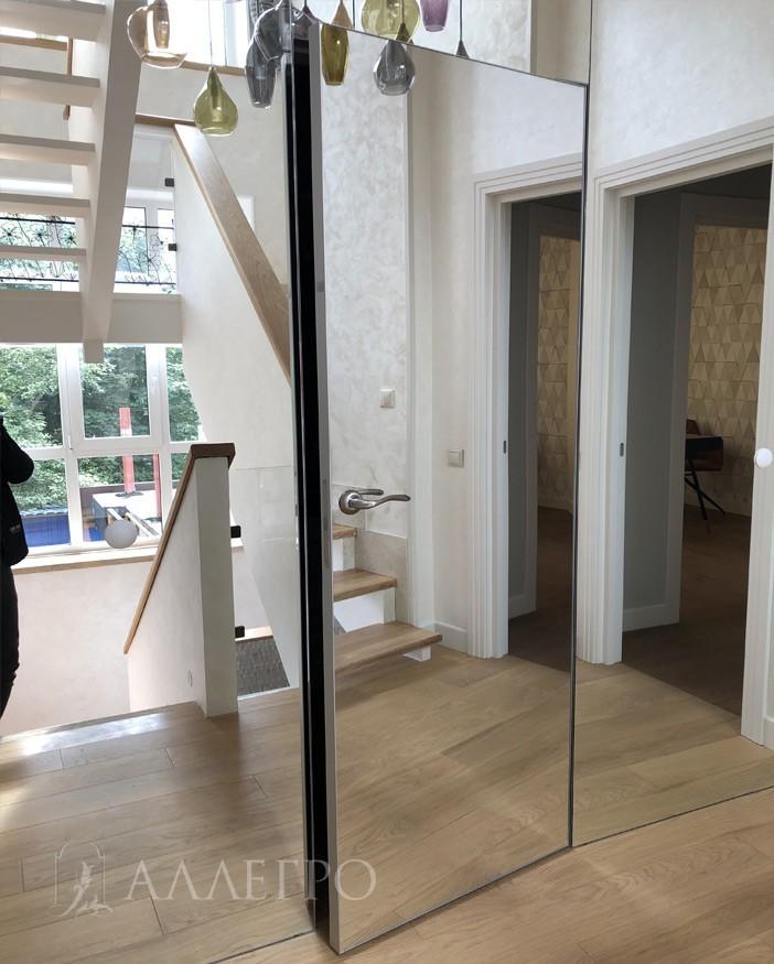 Двери с зеркалом в открытом виде. Каркас из алюминиевого профиля. Кантик с 4-х сторон.