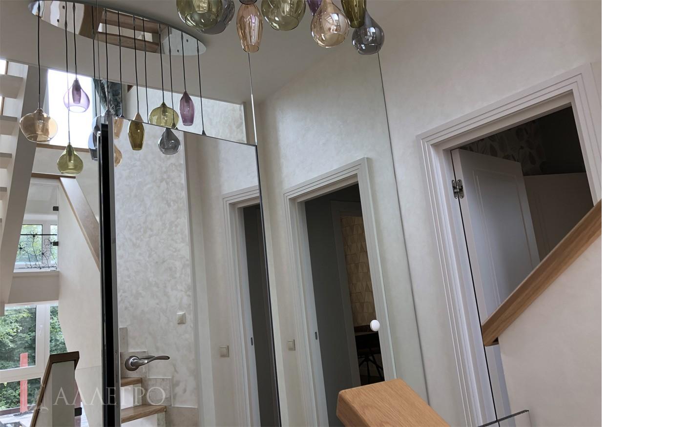 Дверь невидимка с зеркалом крупным планом