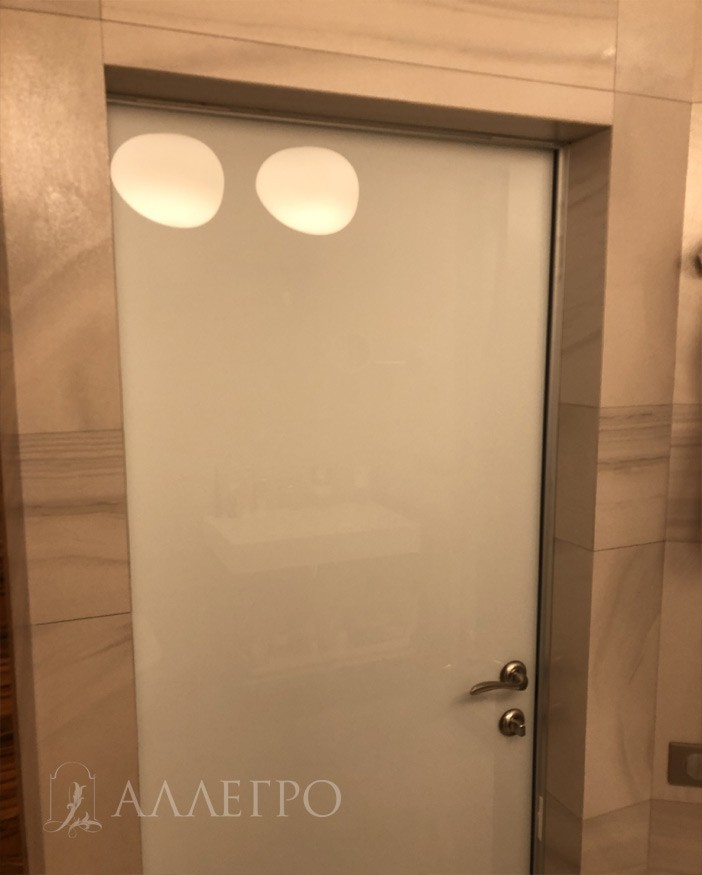 По желанию заказчика, дверь имеет стеклянную панель со стороны ванной. Совершенно не страшна влага. 100% влагостойкость