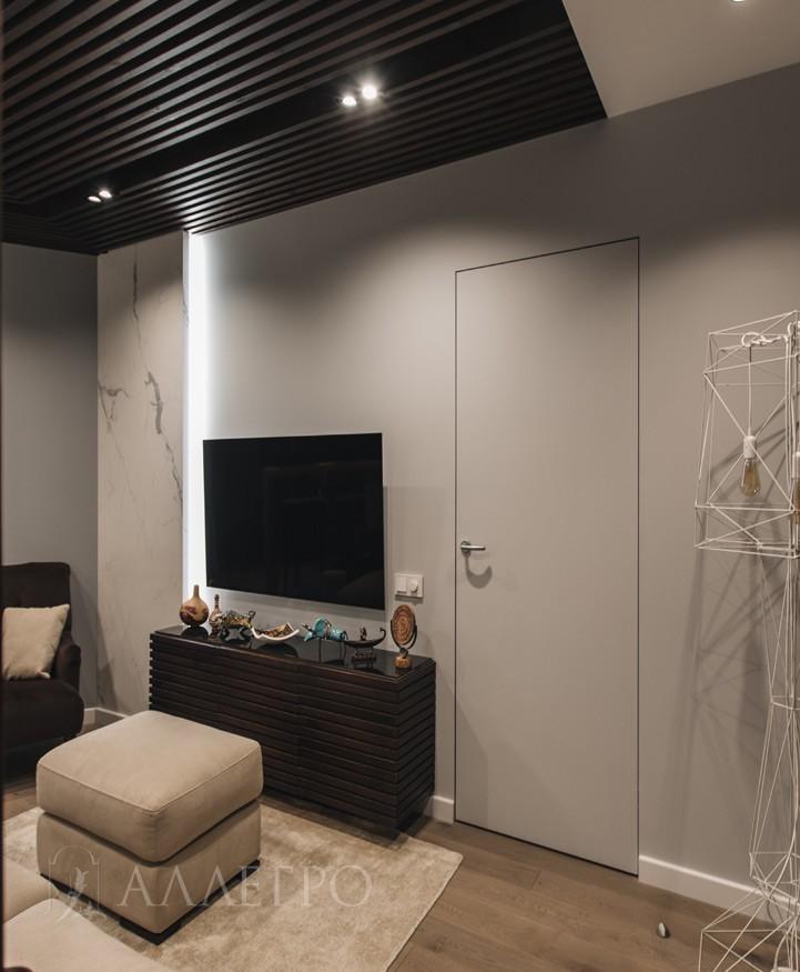 Покрыта белой эмалью. На дверь можно наносить краску, декоративную штукатурку, декоративные панели и т.д. Можно оставить в первоначальном белом цвете RAL9003.