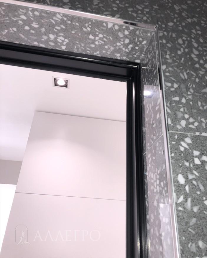 Плитка подведена ПОД ребро скрытой коробки. Профиль выкрашен в черный цвет.