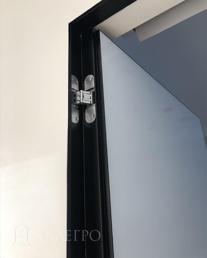 Черный профиль скрытой коробки крупным планом вместе со скрытой петлей