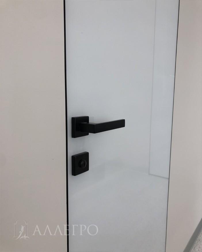 Черная стильная фурнитура - ручка и сантехническая защелка