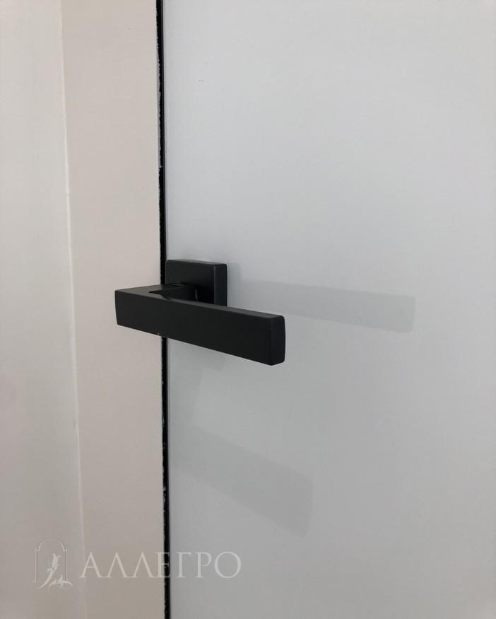 Черная стильная фурнитура - просто ручка