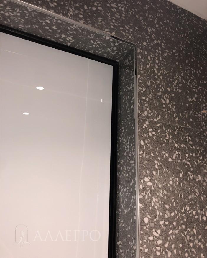 Еще плитка, подведенная с внутренней стороны к скрытой коробке
