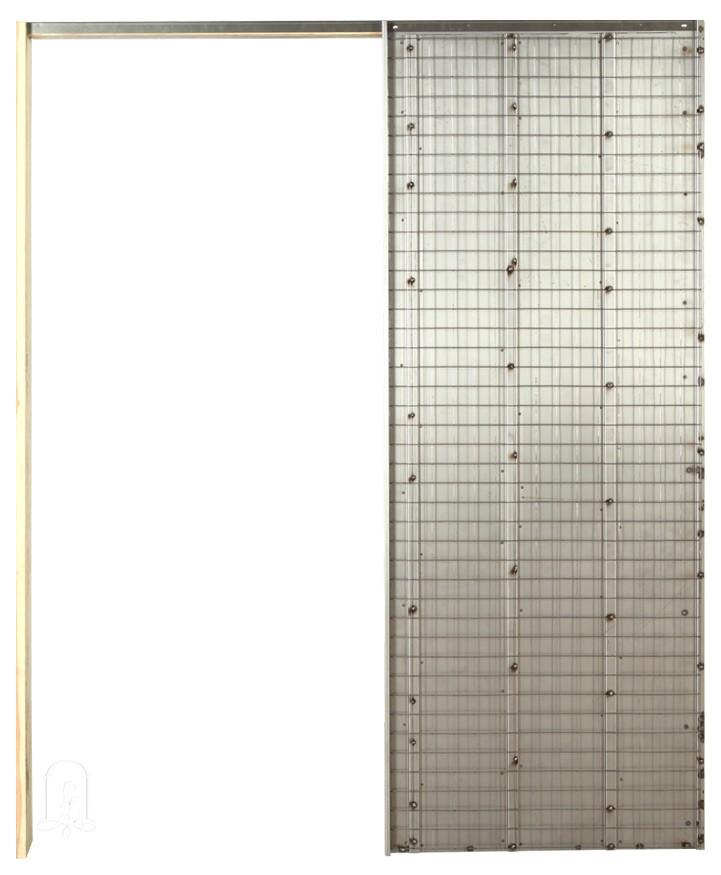 Сама кассета (пенал) изготовлена на 100% из оцинкованного металла. Нержавеющая электросварная сетка толщиной 2 мм крепится к панелу не сваркой , а небольшими скобами, что обеспечивает сетке возможность перемещаться на несколько миллиметров.  Это  исключает возможность появление трещин на стене. Открытые компоненты, такие как боковые стойки кассеты и боковые края торцевой части  сделаны таким образом, что бы их можно было окрашивать.