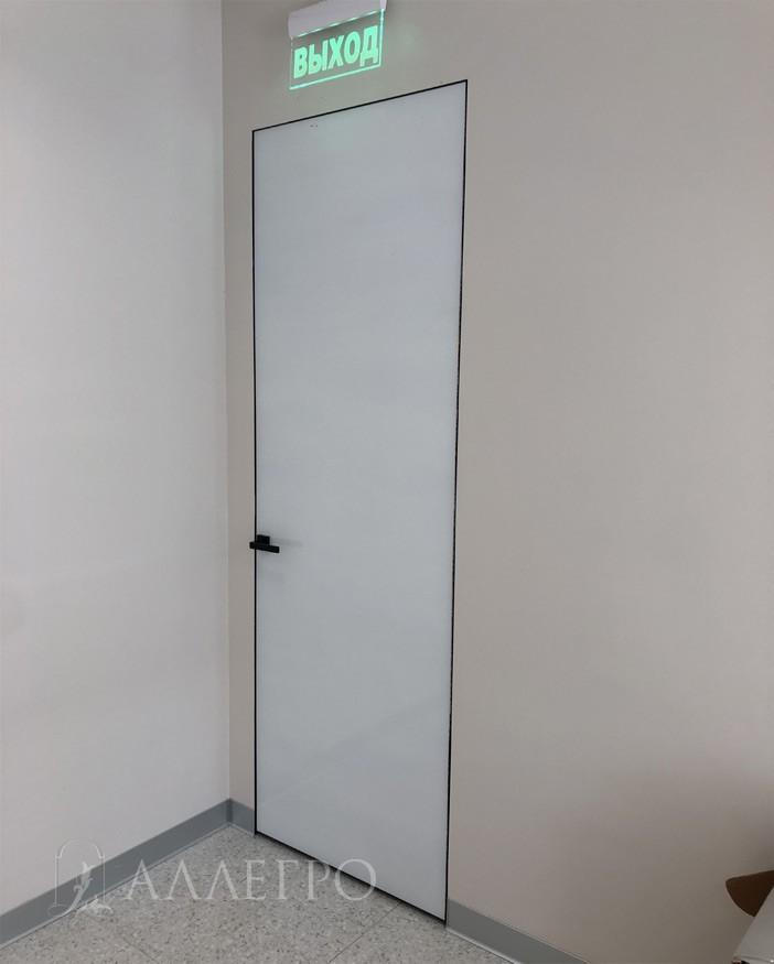 Высокая белая глянцевая дверь со скрытой коробкой