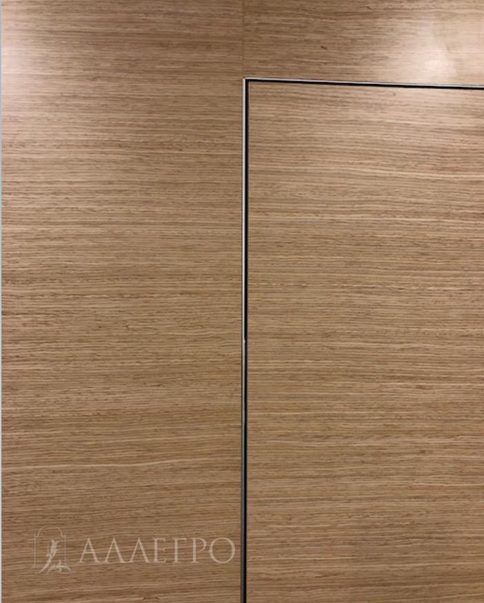 На фото показан стык панели, скрытой коробки и двери