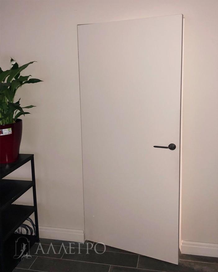 В приоткрытом виде. Дверь без алюминиевого кантика. Торцы окрашены белой эмалью. RAL 9003. Все очень просто и стильно