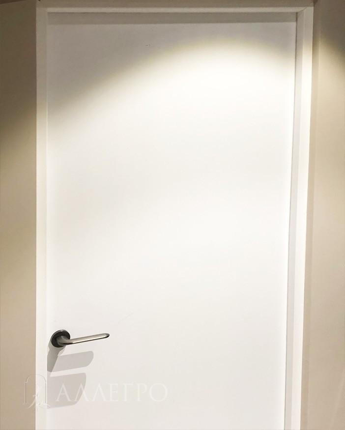 Более крупный план. Дверь и коробка покрыта заводской белой матовой эмалью RAL9003 . Изнутри красить не обязательно