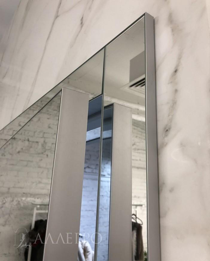 Хорошо видно на фото, что зеркальные панели вставлены в алюминиевый профиль.