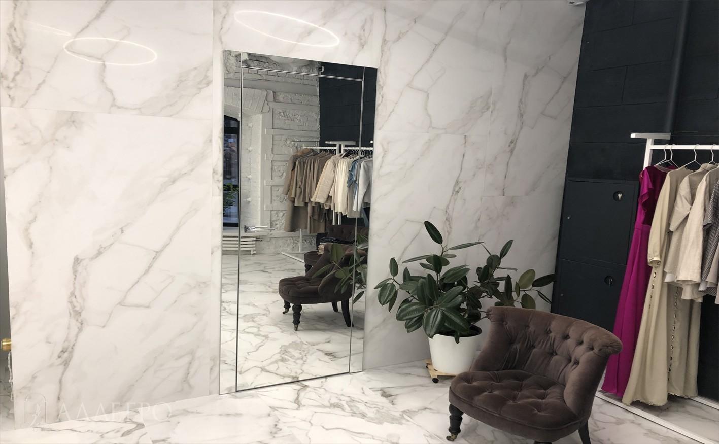 Дверь с зеркальным наличником кажется еще выше, чем есть на самом деле
