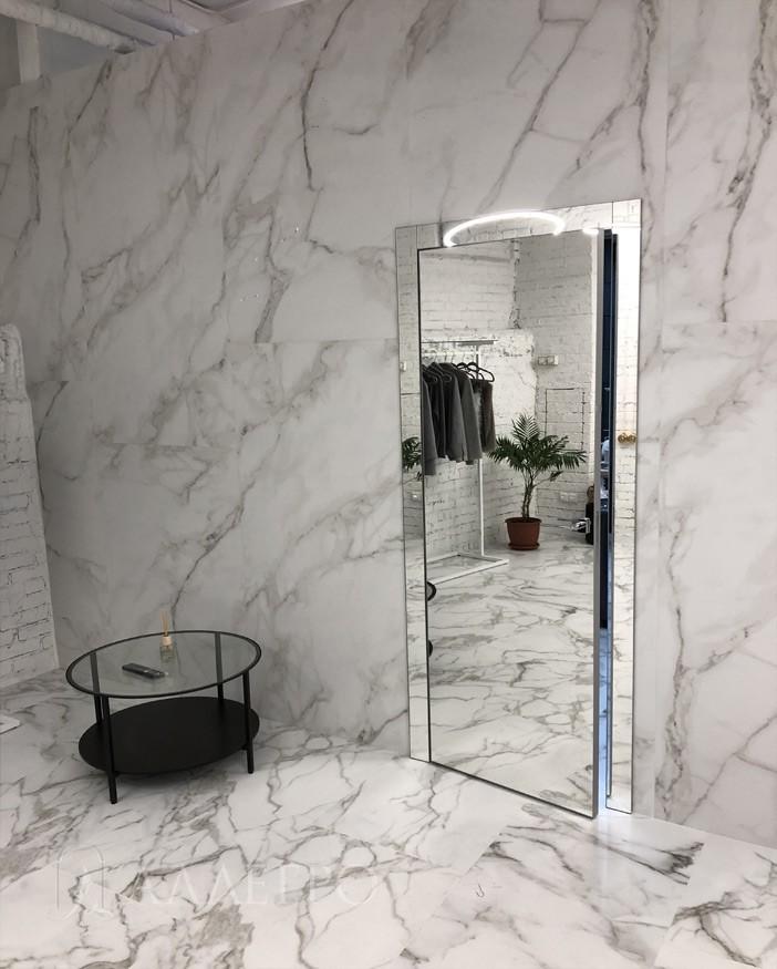Зеркальная распашная дверь имеет алюминиевый каркас, который чуть выступает на 2 мм со всех четырех сторон