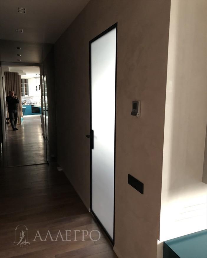 На этом фото четко видно, что дверь пропускает дневной свет. Очень востребованная модель на рынке