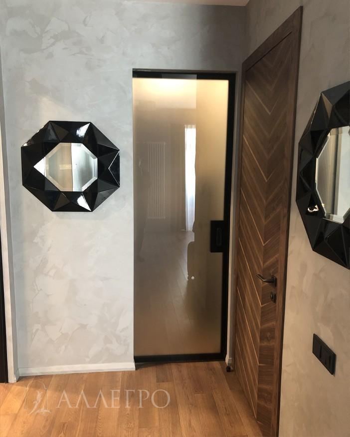Вот так выглядит стеклянная матовая дверь с раздвижной системой пенал