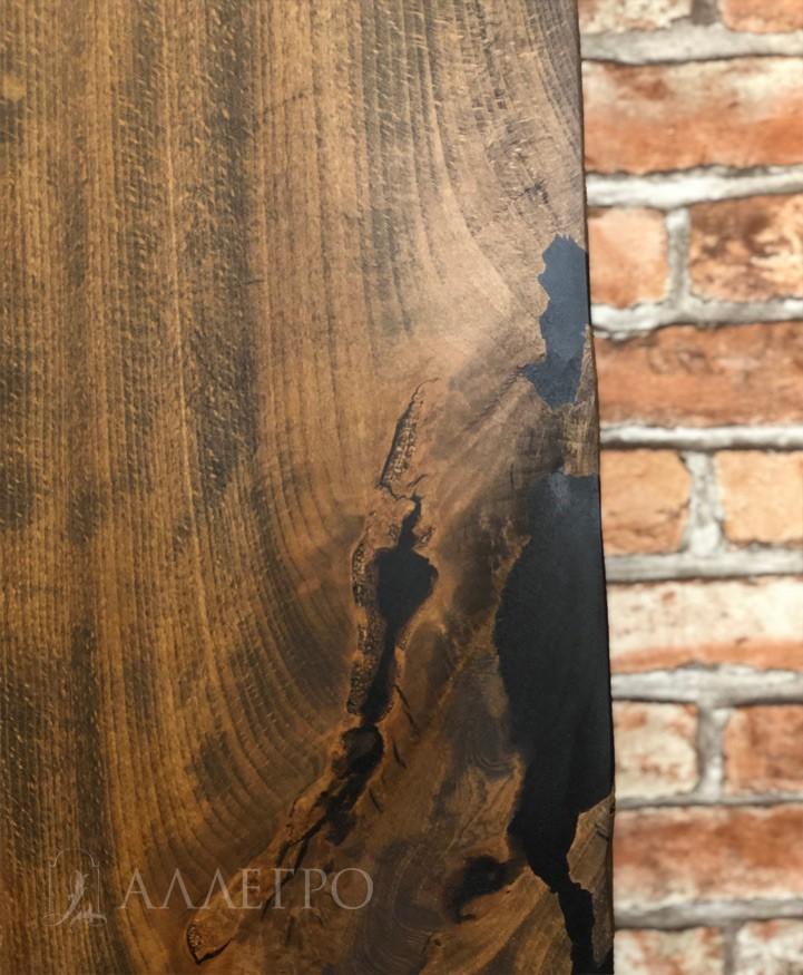 Заливка трещин ювелирной колерованной смолой. Затем следуют этапы калибровки,шлифовки и полировки. После этого на финишном этапе наносится декоративно-защитное покрытие на основе натурального масла и воска.  Итог - 100% натуральный продукт из дерева, который при грамотном дизайне шикарно вписывается в интерьер.