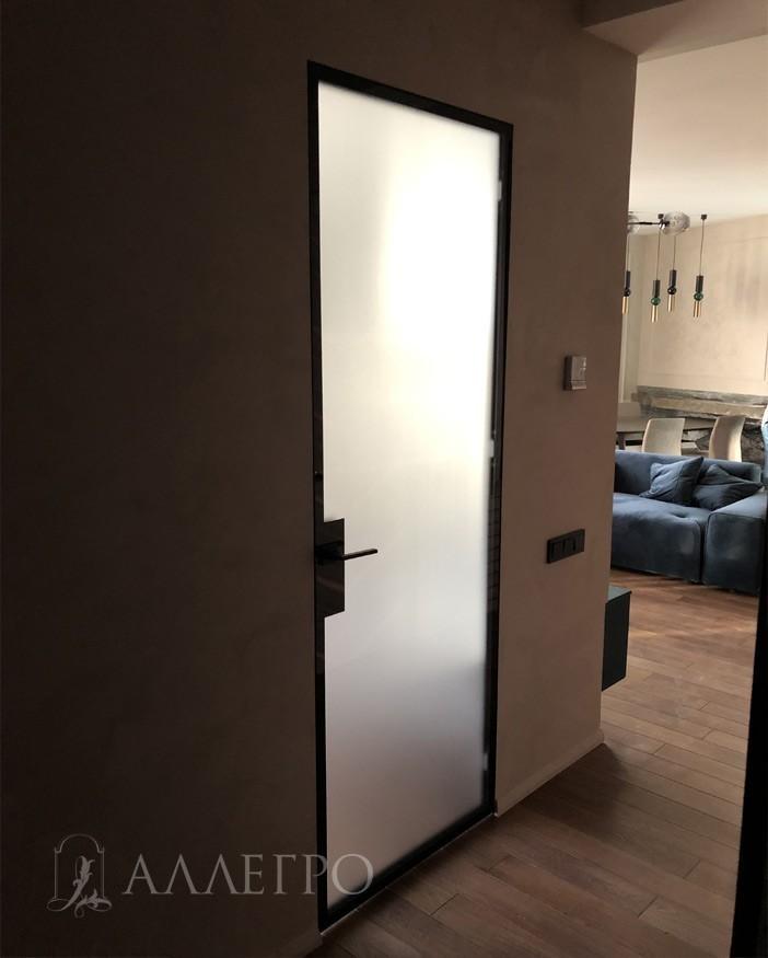 Вот так выглядит стеклянная матовая дверь со скрытой коробкой