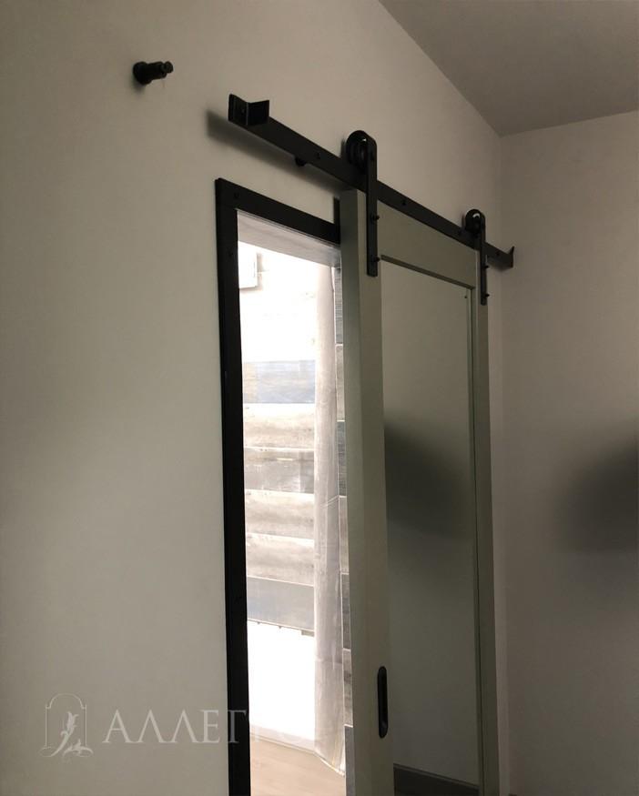 Дверь должна быть выше на 3-5 см самого проема и шире на 6-10 см. что бы не видно было щелей