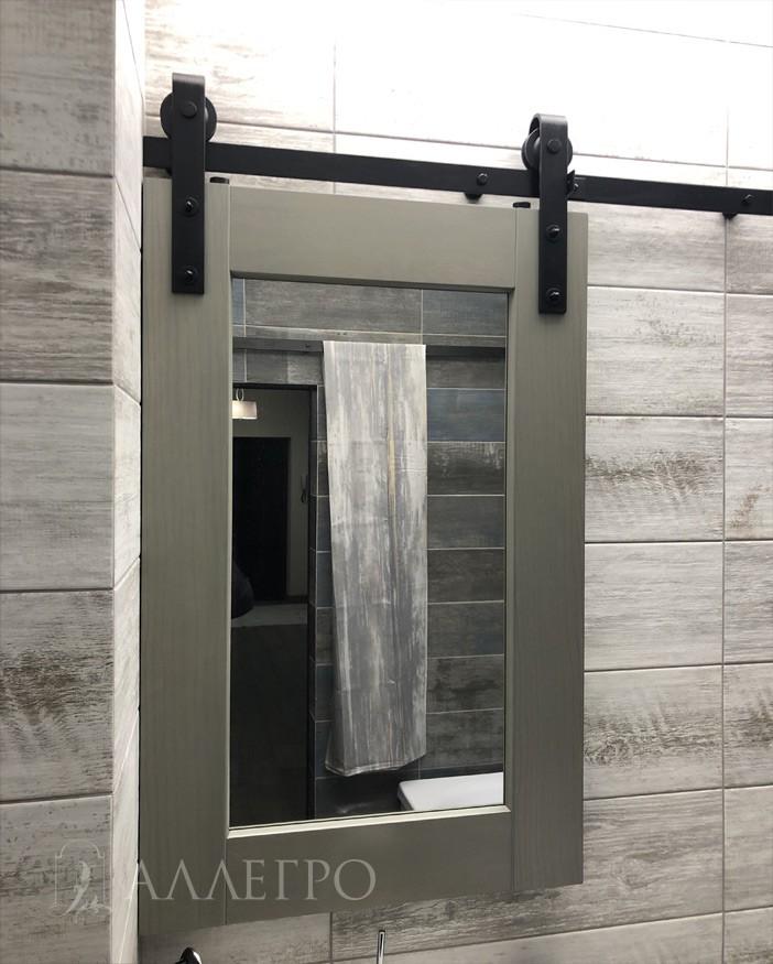 А здесь представлена точно такая же дверь, только очень маленьких размеров, которая выполняет функцию ванного зеркала.