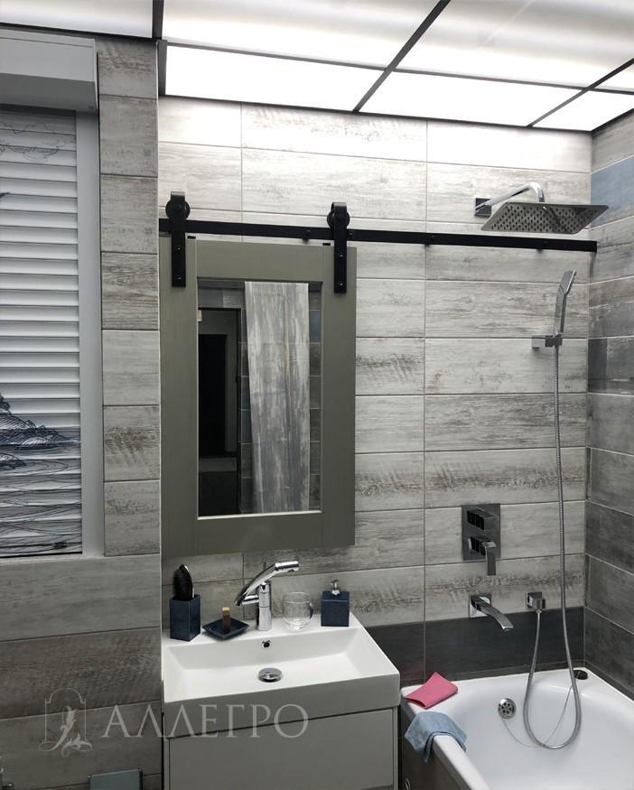 Маленькая дверь на амбарном механизме выполняющее функцию зеркала в ванной. Очень креативное решение!!!!