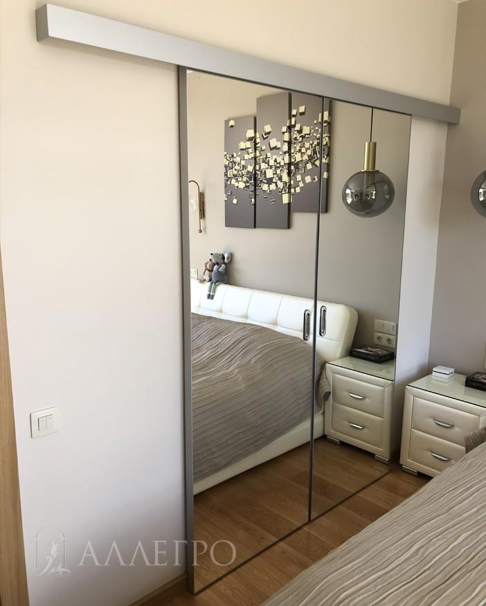 Зеркальная дверь с раздвижным механизмом купе. Высота полотен 2100 мм и ширина каждой створки - 800 мм