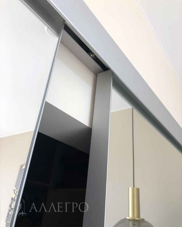 Двери сделаны из алюминиевого профиля и имеют алюминиевую кромку толщиной 2 мм со всех четырех сторон