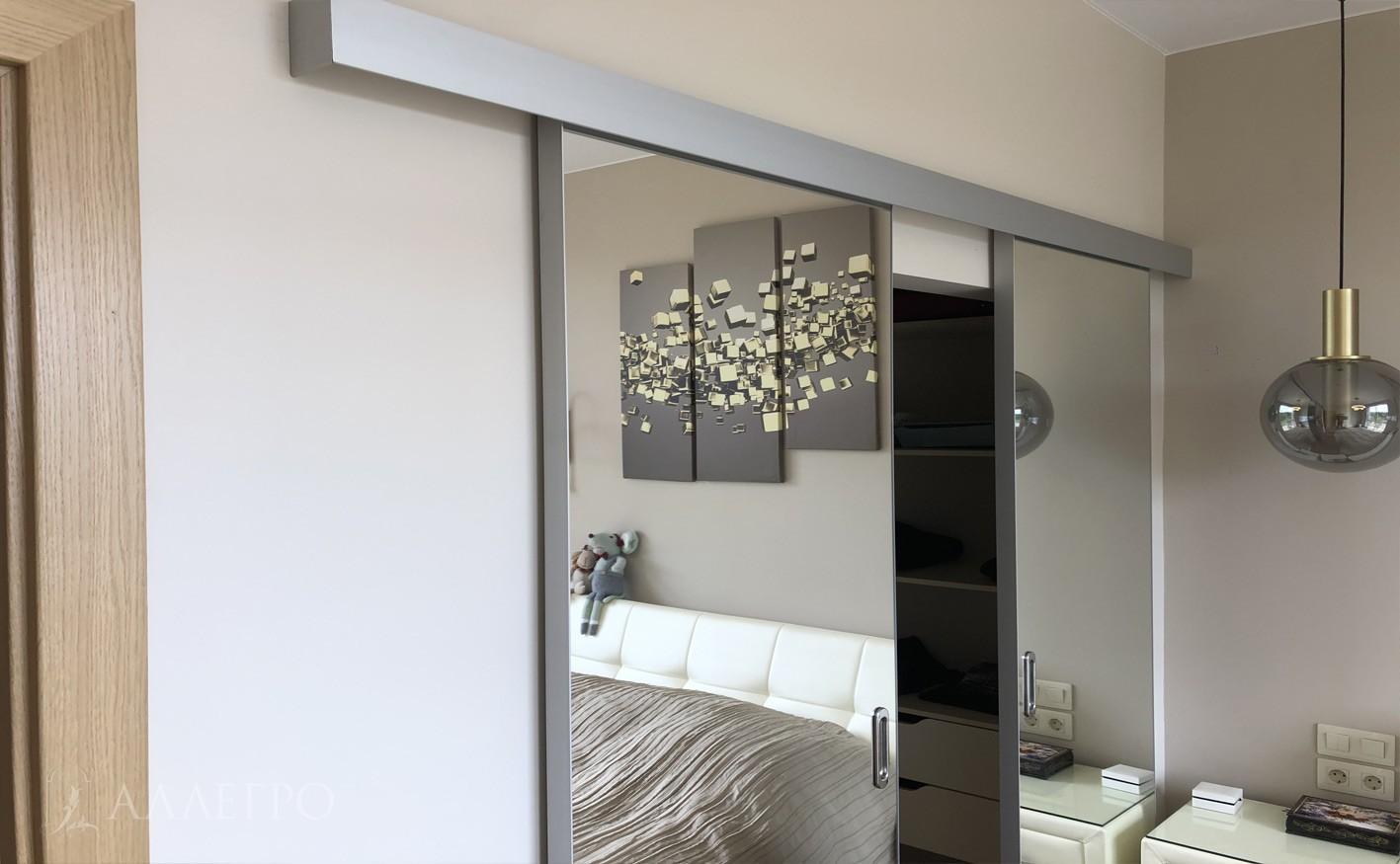 Зеркальные панели вставлены в алюминиевый профиль и тщательно проклеены по всему периметру. Очень надежная и безопасная конструкция.