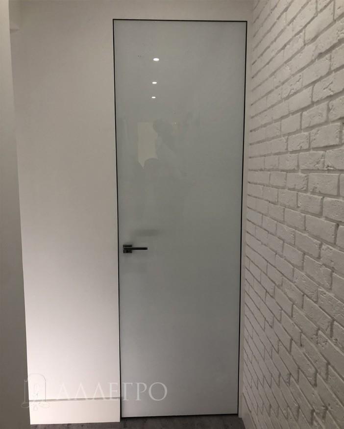 За стеклянной дверью очень удобно ухаживать. На них практически не видно отпечатков пальцев. Кроме того, саму грязь очень легко удалять обычной мокрой тряпкой. Помимо этого, на стекле очень тяжело поставить царапины