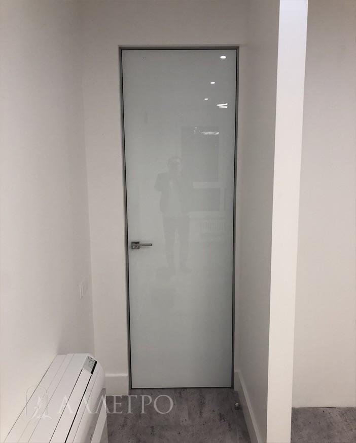 Уже другая дверь с внутренней стороны в соседстве с белыми стенами