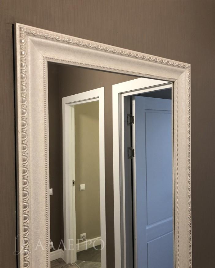 Верхняя часть двери в багете. Выглядит как обычное зеркало в багете. Очень трудно догадаться, что это дверь