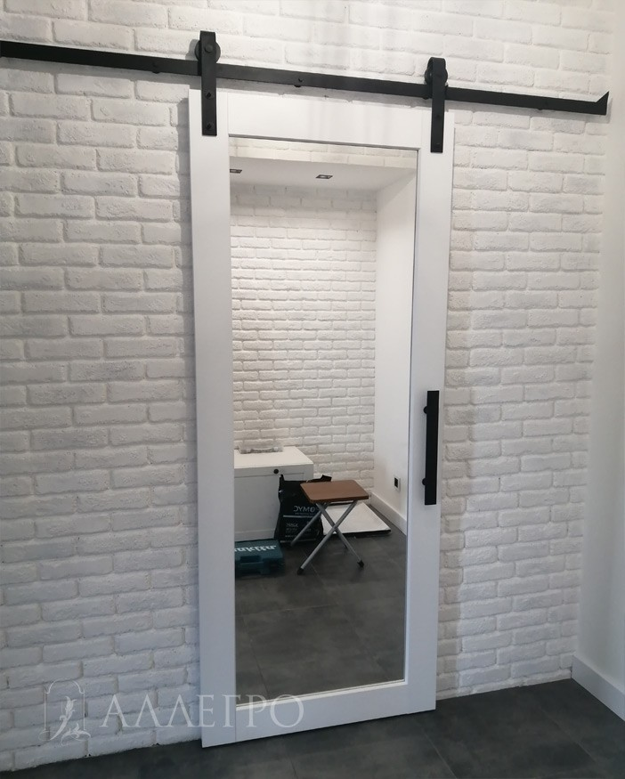 Зеркальная дверь с амбарным механизмом