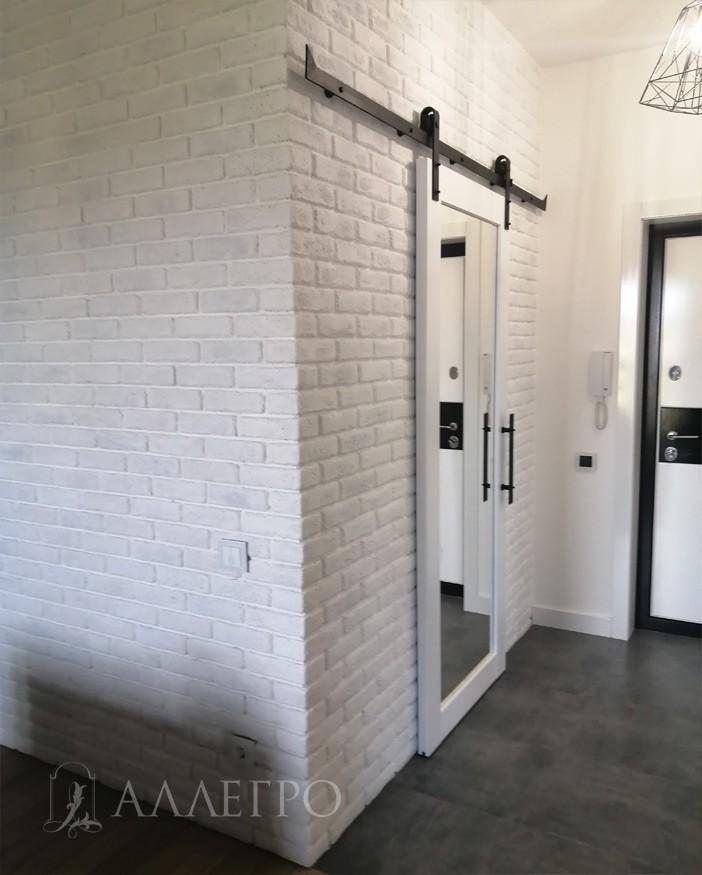 Дверь зеркальная с двух сторон!!! Зеркало полностью безопасное. Если даже разбить – оно только треснет, по принципу лобового автомобильного стекла.  Толщина полотна – 40 мм. Зазор между дверью и стеной порядка 10-12 мм.