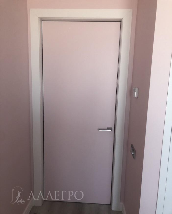 Вот так выглядит скрытая дверь изнутри. Проем обрамлен доборами и наличниками