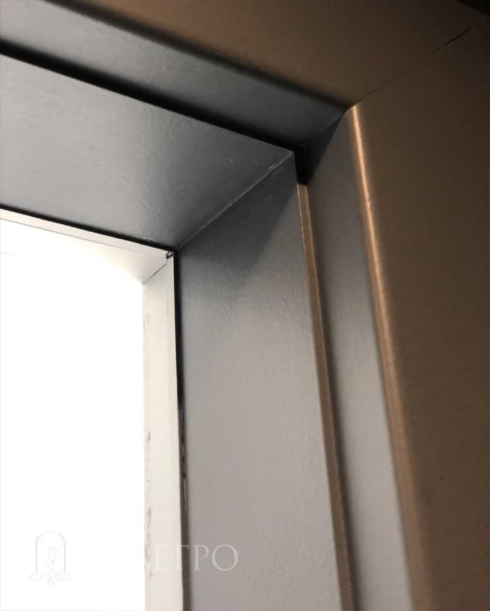 Здесь четко видно, как добор с обратной стороны подведен к алюминиевой коробке вплотную. А с обратной стороны в добор установлен наличник. Таким образом происходит обрамление проема.